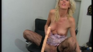Blonde uses her hands to get hot (CLIP)