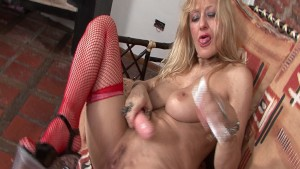 Julia goes ham on her pussy - Latin-Hot