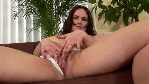 Chubby busty brunette Olarita making herself cum