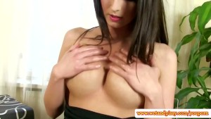 Solo goldenshower babe toying her pussy