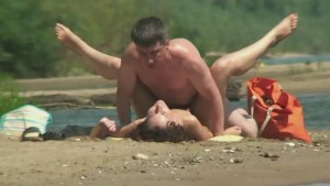 Voyeur caught an older guy fucking a teen girl on the beach
