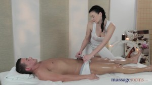 Lucy Li is a sensational masseuse.mp4