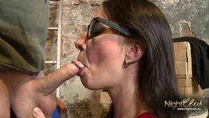 Brünettes Girl im Keller gefickt