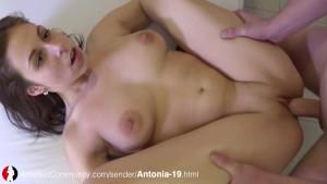 Teen mit dicken Titten wird gefickt