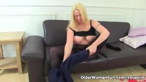 English milf Summer Angel Lee lowers her knickers