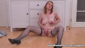 Euro milf Elisabeth strips off