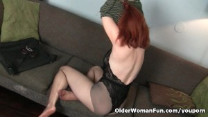 American milf Amber Dawn pleasures her nyloned cunt