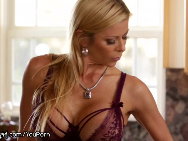 mommysgirl-alexis-fawx-makes-step-daughter-eat-her-out
