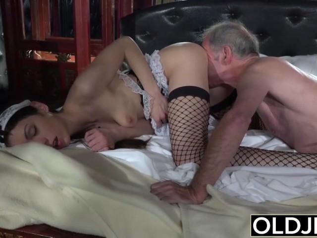 Порно дрочит на горничную