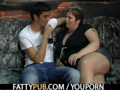 Picture He screws fat chick in the pub
