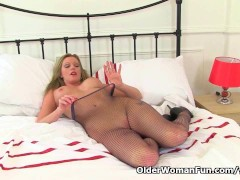 Picture British milf Holly rips her tights to shreds