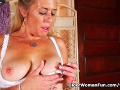 Picture American gilf Cristine gets horny in new pan...