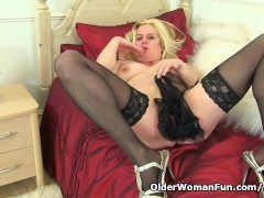 Picture English mum Tori works her hairy pussy with...