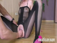 Picture Fisting 20y-Girls pussy till she squirts har...
