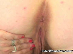 Picture British milf Janey works her deliciously hai...