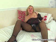 Picture English milf Camilla strips off and puts her...