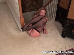 Picture American milf Sally Steel lets you enjoy her...