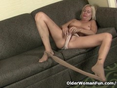 Picture American milf Payton Leigh finger fucks on t...