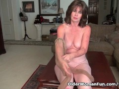 Picture American milf Ava loves playing with her old...
