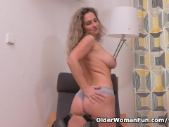 Picture Euro milf Ameli manhandles her pussy with he...