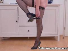 Picture Euro milf Elisabeth strips off slowly and ma...