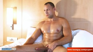 Athletic male gets filmed hard in his hotel room in spite of him !