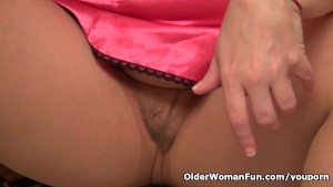 American mom Jewels satisfies her craving pussy