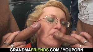 Old mature picked up and double fucked outside