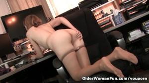 American milf Jamie Foster gets turned on in pantyhose