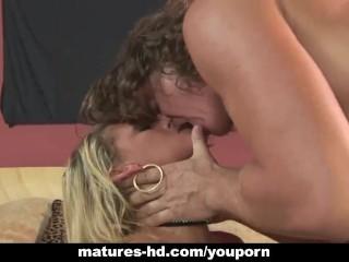 Mature MILF gets her ass fucked