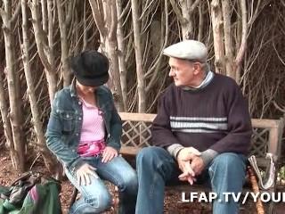 Papy voyeur baise une jeune et jolie petite francaise